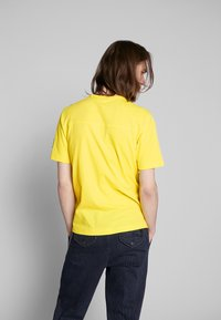 Calvin Klein Jeans - MONOGRAM SLEEVE BADGE TEE - Basic T-shirt - solar yellow - 2
