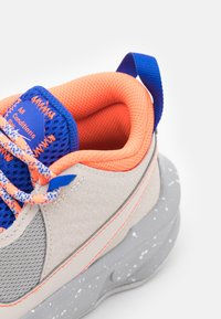 Nike Performance - TEAM HUSTLE UNISEX - Koripallokengät - desert sand/light smoke grey - 5