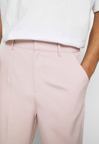 Mennace - SUNDAZE TAPERED FIT SUIT TROUSER - Chinos - pink - 5