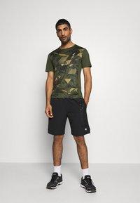 ASICS - FUTURE CAMO - T-shirts print - smog green - 1