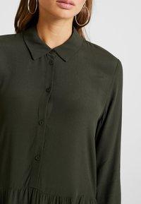 Minimum - BINDIE DRESS - Shirt dress - racing green - 6