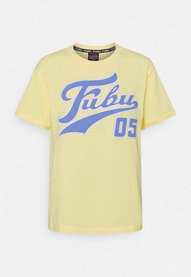 VARSITY - T-shirt imprimé - yellow