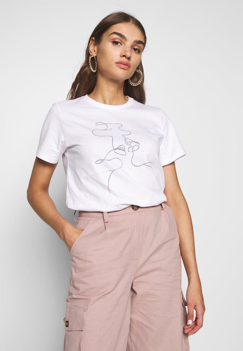 NA-KD - KISS PRINT TEE - T-shirt imprimé - white