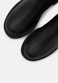Stuart Weitzman - LOWLAND ULTRALIFT OVER THE KNEE BOOT - Over-the-knee boots - black - 4