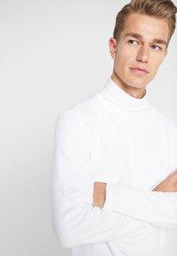 Lindbergh - TURTLE NECK TEE - Langærmede T-shirts - white - 4
