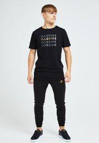 Illusive London Juniors - ILLUSIVE LONDON SOVEREIGN[ - Print T-shirt - black - 1