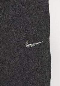 Nike Sportswear - Pantalones deportivos - black heather/white - 4