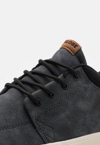 Globe - CHUKKA - Skateschoenen - black - 5