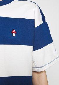 Levi's® - HEAVYWEIGHT ROADTRIP TEE - T-shirt con stampa - alyssa/estate blue - 4