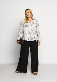 Vince Camuto Plus - WEEPING WILLOWS SIDE TIE WRAP - Blůza - off white - 1