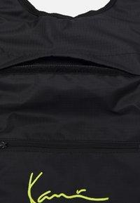 Karl Kani - SIGNATURE BODY BAG UNISEX - Rucksack - black - 2