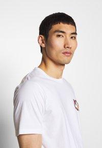 Bricktown - KOI CARPS SMALL - Print T-shirt - white - 3