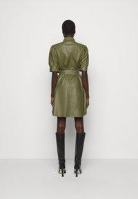 TWINSET - ABITO CHEMISIER SPALMATO CON CINTURA - Shirt dress - verde alpino - 2