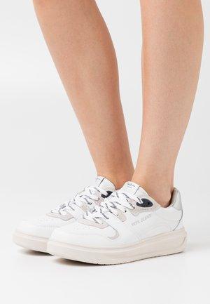ABBEY SKATE - Zapatillas - white