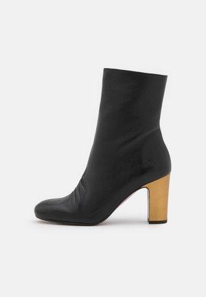 WAURA - Støvletter - black/bronce