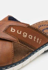 Bugatti - DARIO - Mules - cognac - 5