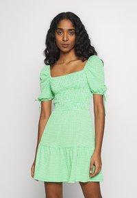 Topshop - GINGHAM SHIRRED TEA DRESS - Robe d'été - green - 0