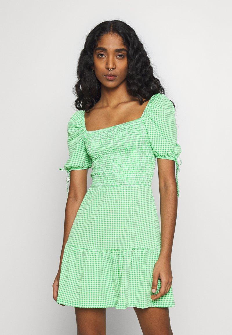 Topshop - GINGHAM SHIRRED TEA DRESS - Robe d'été - green