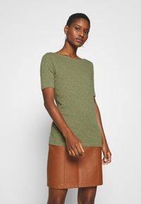 Marc O'Polo - SHORT SLEEVE BOAT NECK - Camiseta básica - seaweed green - 0