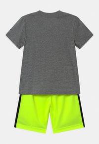 Nike Sportswear - SET - Print T-shirt - volt - 1