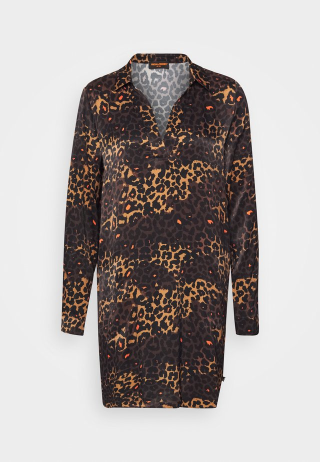 KLEID MIT LEOPRINT - Robe d'été - chocolate bar