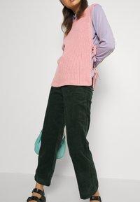 Monki - NILLA TROUSERS - Trousers - green dark - 3