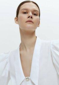 Uterqüe - MIT ZIERFALTEN - Button-down blouse - white - 3