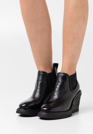 Kotníkové boty na platformě - nero