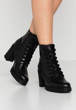 BOOTS - Kotníkové boty na platformě - black antic