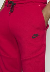 Nike Sportswear - TONE - Pantalon de survêtement - gym red/fusion red - 5