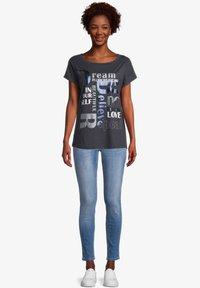 Cartoon - Print T-shirt - dunkelblau/grau - 1