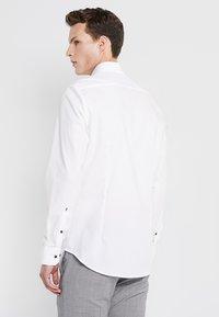 Seidensticker - SLIM SPREAD PATCH - Camisa elegante - weiß/hellblau - 2