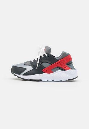 HUARACHE RUN UNISEX - Sneakersy niskie - dark smoke grey/university red/light smoke grey/smoke grey