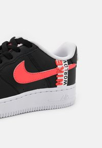 Nike Sportswear - AIR FORCE 1 LV8 UNISEX - Trainers - black/crimson tint/flash crimson/white - 5