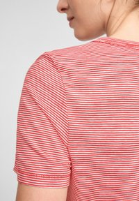 s.Oliver - MIT PRINT-DETAIL - Print T-shirt - true red stripes - 4