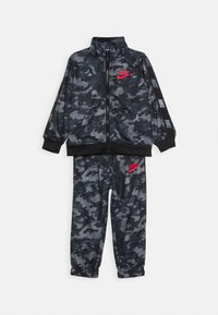 Nike Sportswear - CAMO TRICOT SET - Tepláková souprava - black - 0