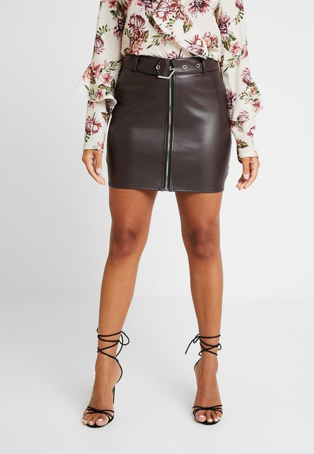 HEXAGON BELT ZIP FRONT MINI SKIRT - Minifalda - brown