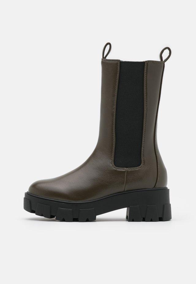 ELLERY - Platåstøvler - khaki