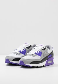 Nike Sportswear - AIR MAX 90 - Tenisky - white/particle grey/light smoke grey/black/hyper grape - 5