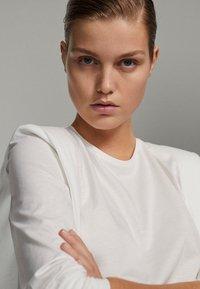 Massimo Dutti - SHIRT AUS REINER BAUMWOLLE MIT ZIERFALTEN - Long sleeved top - white - 1