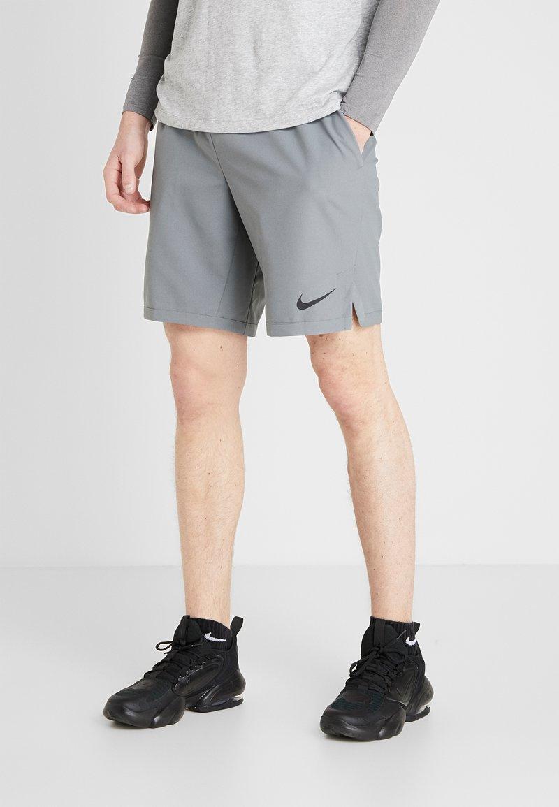 Nike Performance - FLEX VENT MAX SHORT - Pantalón corto de deporte - smoke grey/black