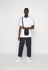 adidas Originals - 3 STRIPE TEE - T-shirts print - white/grey - 1