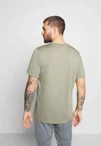 Nike Performance - TEE PRO - T-shirt z nadrukiem - light army - 2