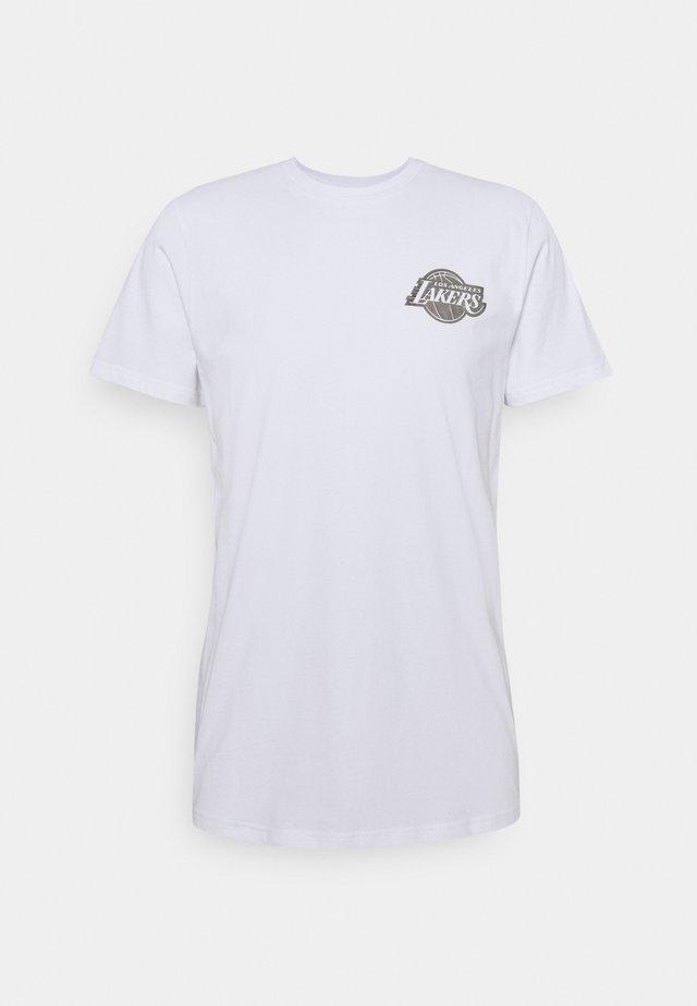NBA LOS ANGELES LAKERS NEW ERA METALLIC TEE - Klubové oblečení - white