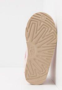 UGG - MINI BAILEY BOW II STARRY LITE - Kotníkové boty - seashell pink - 5