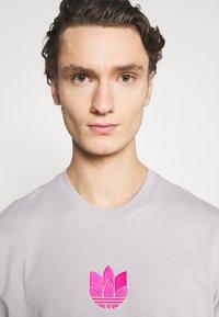 adidas Originals - TREFOIL TEE UNISEX - Print T-shirt - grey - 6