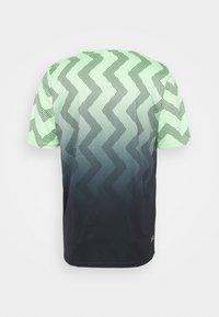K-SWISS - HYPERCOURT CREW - Triko spotiskem - soft neon green/blue graphite - 1