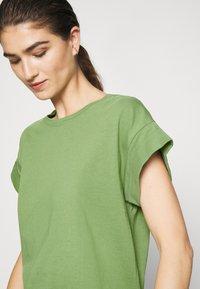 Moss Copenhagen - ALVA PLAIN TEE - Jednoduché triko - evergreen - 4