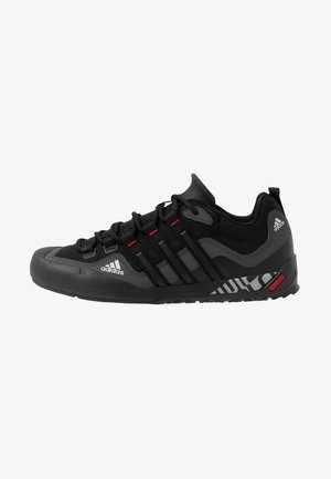 TERREX SWIFT SOLO - Chaussures à scratch - grey six/core black/scarlet
