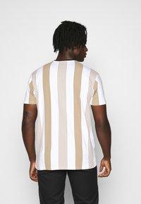 Kings Will Dream - VEDLO TEE - T-shirt print - stone - 2